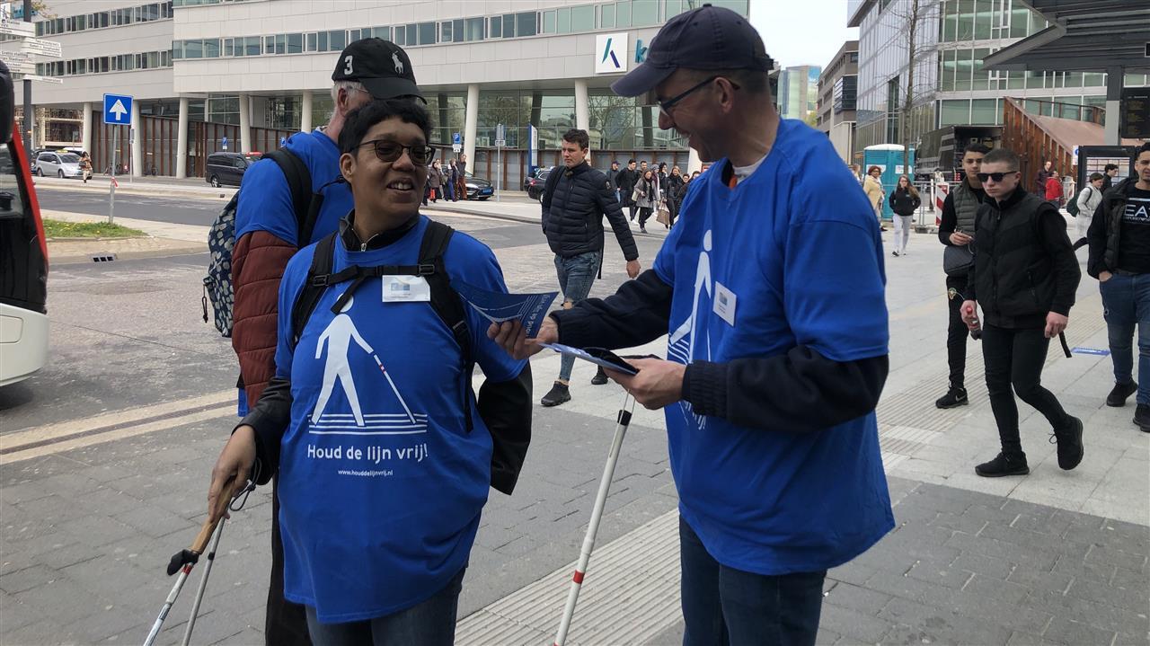 Geleidelijnen voor blinden vaak geblokkeerd, gehandicaptenclub start campagne