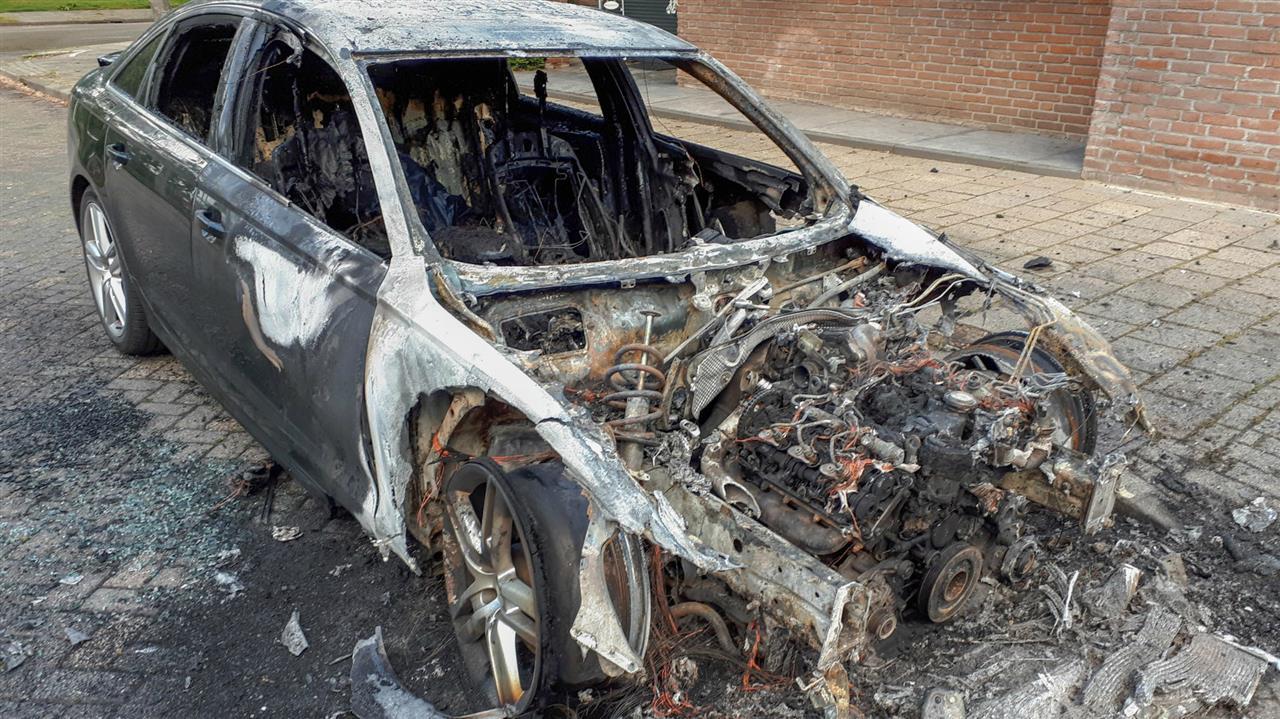 Auto verwoest door brand in Woensel-Noord